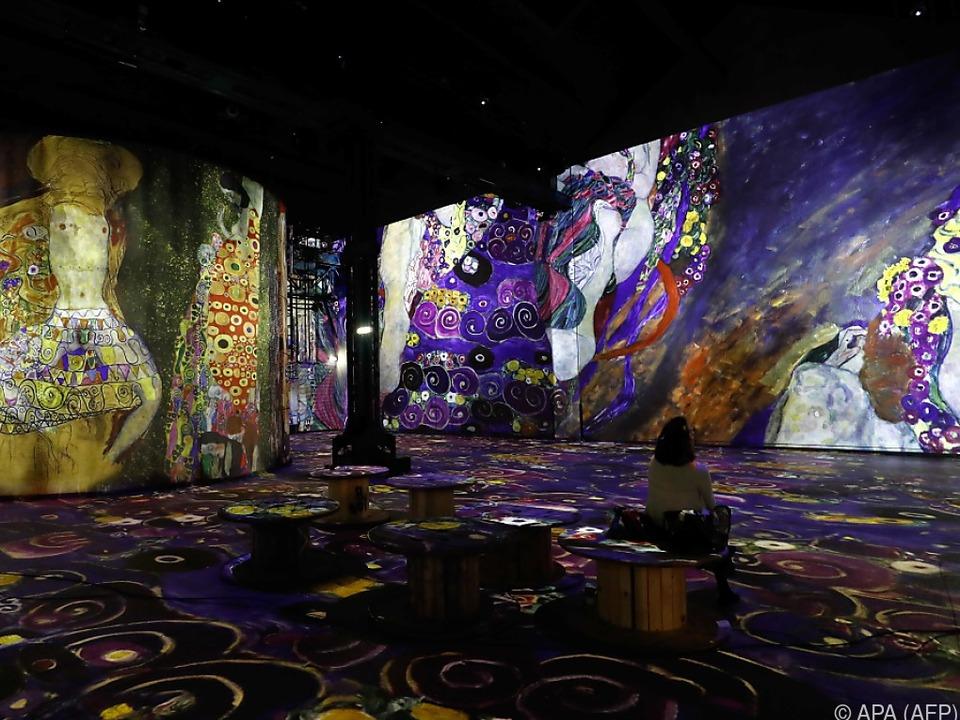 Mit 140 Videoprojektoren wird eine digitale Kunstwelt erschaffen