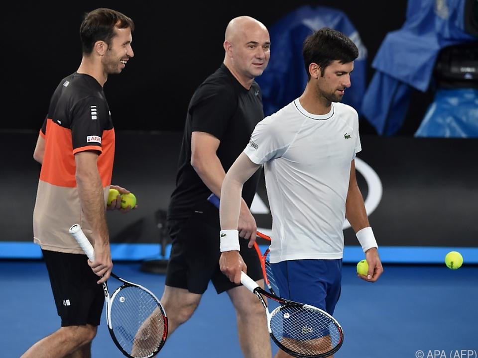 Novak Djokovic mit seinen Ex-Trainern Stepanek und Agassi
