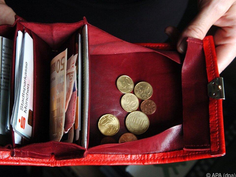 geld brieftasche Österreicher haben ein paar Euro mehr im Börserl als Deutsche