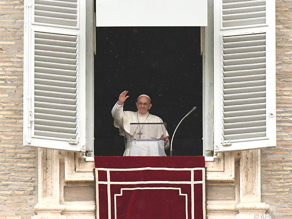Papst Franziskus winkt der Menge auf dem Petersplatz