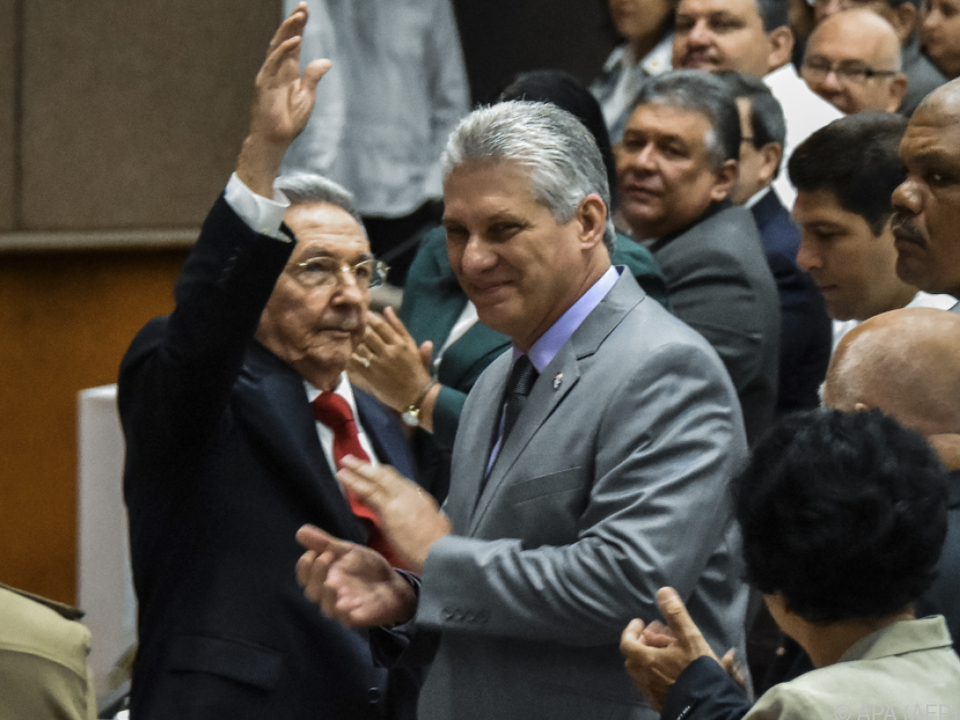 Raul Castro (l.) übergibt an Díaz-Canel