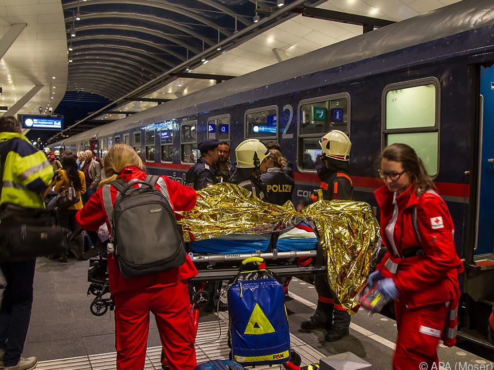 Rettungskräfte des Roten Kreuzes versorgten die Verletzten