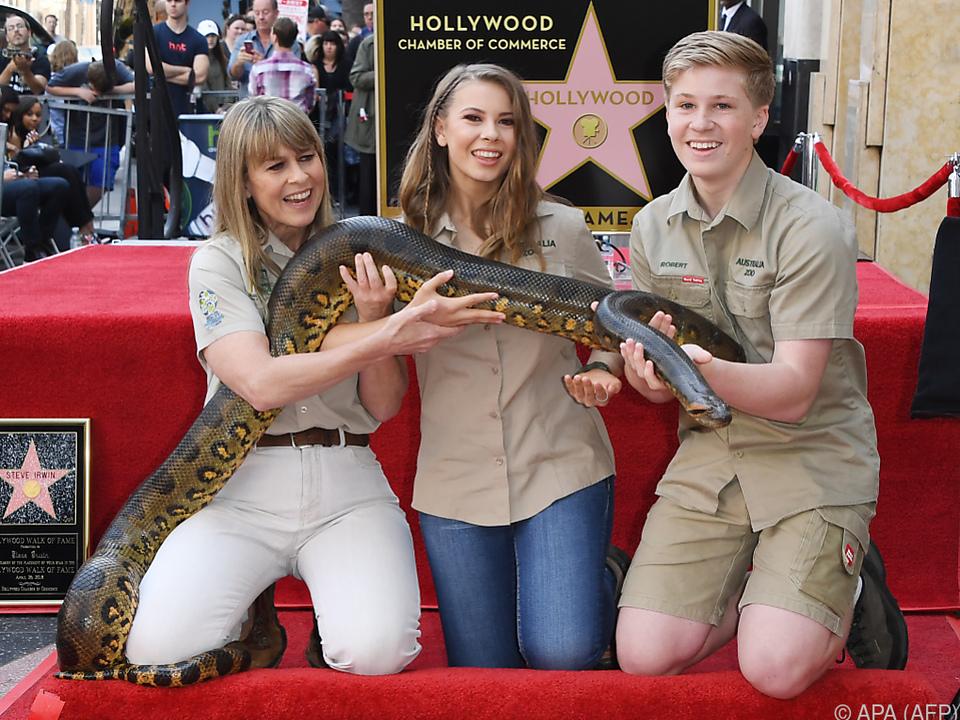 Terri, Bindi und Robert Irwin bei Ehrung für Steve Irwin mit Schlange