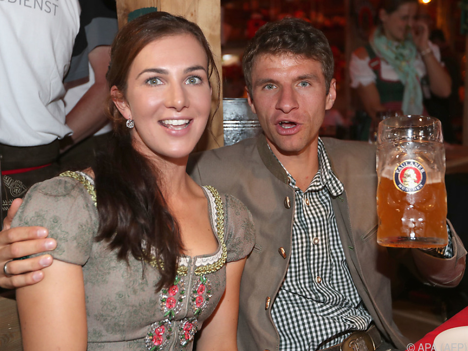 Thomas Müller mit seiner Frau Lisa