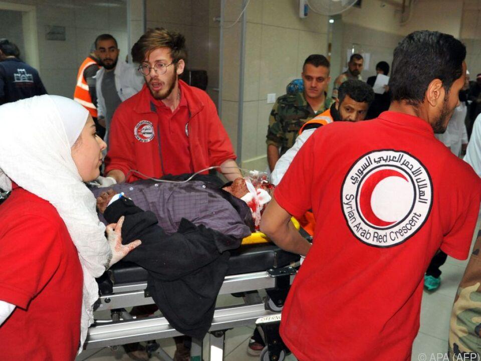 Verletzter wird in Krankenhaus in Damaskus eingeliefert