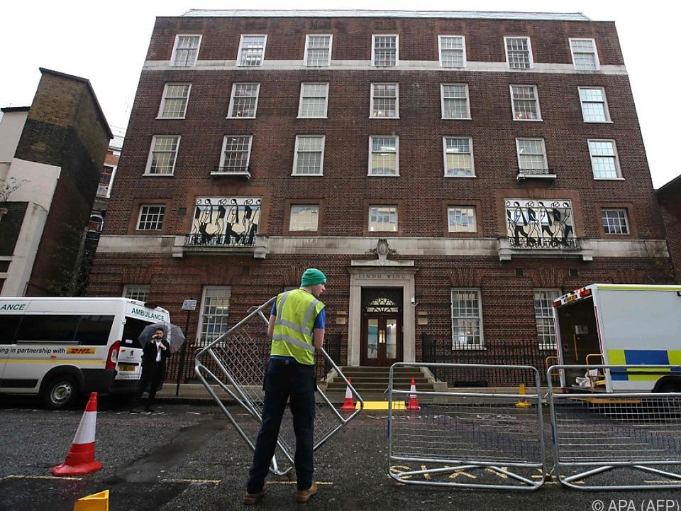 Vor dem St. Mary\'s Hospital wurden bereits Absperrungen errichtet