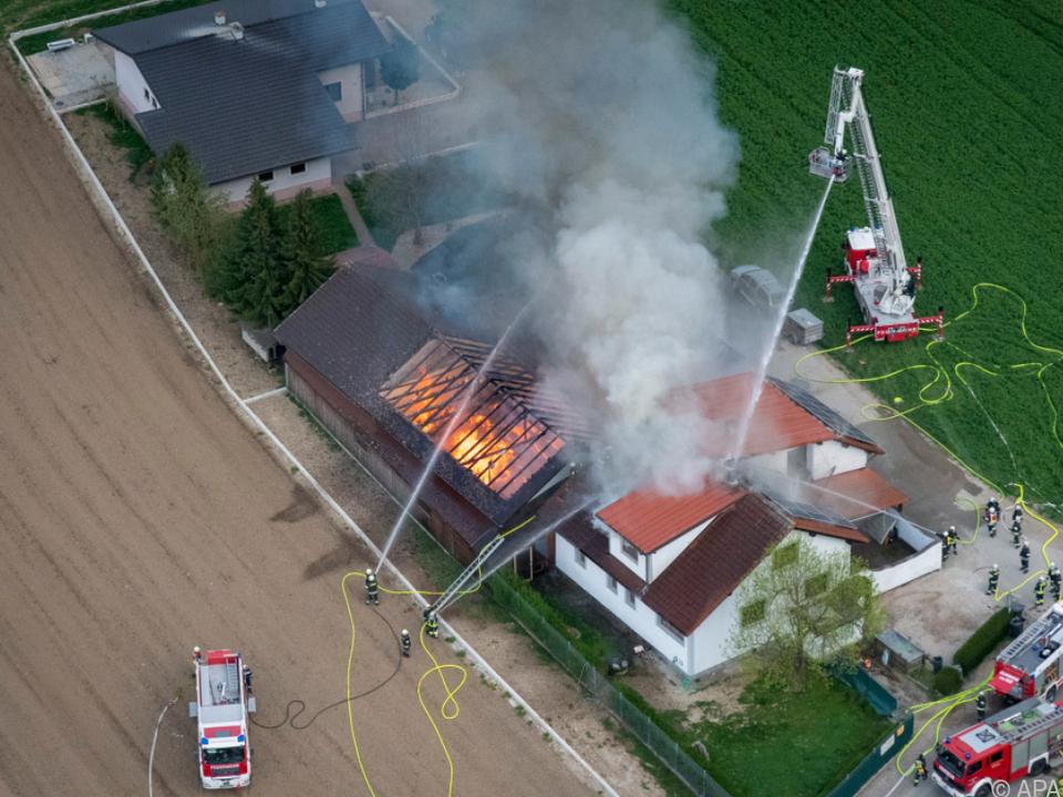 Zu dem Brand rückten 156 Feuerwehrleute und drei Hubschrauber aus
