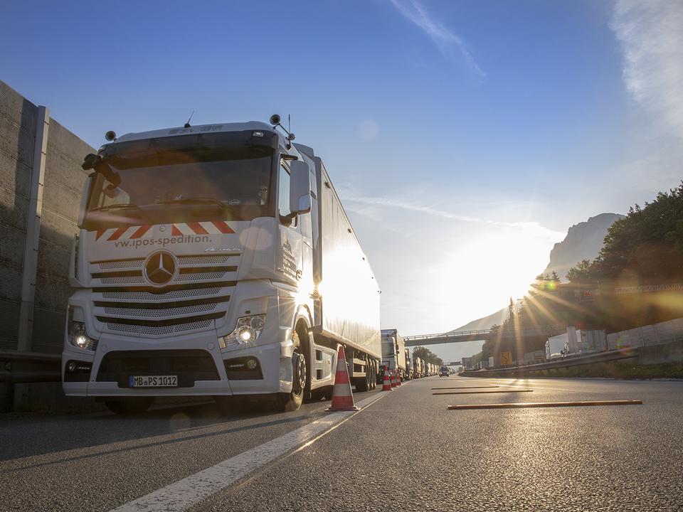 _b6a1Blockabfertigung_1.jpg Blockabfertigung: Maximal 300 LKW dürfen pro Stunde den Checkpoint bei Kufstein Nord passieren. lkw 703