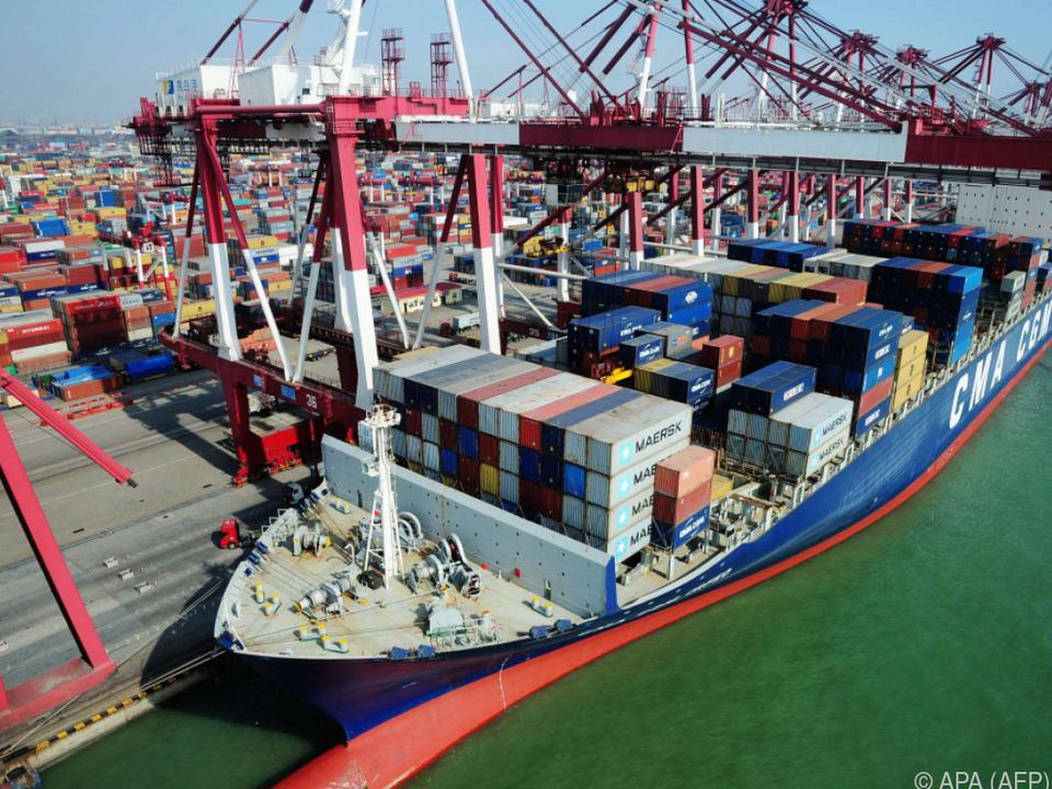 Containerschiff im Hafen von Qingdao: US-Zölle könnten Handel treffen