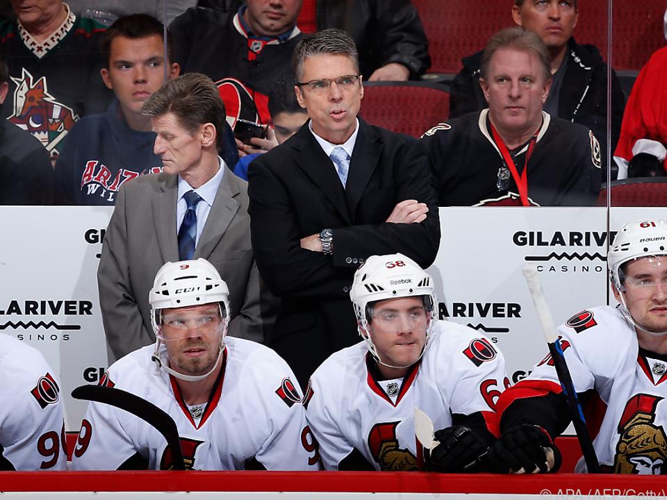 Dave Cameron beobachtet ein Spiel als Coach der Ottawa Senators