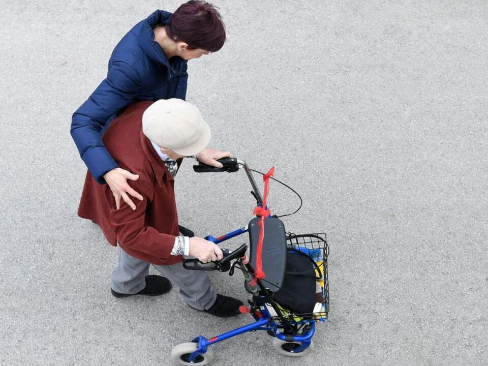 pflege senior rollator sym altersheim Die Länder wollen mehr Geld für die Pflege