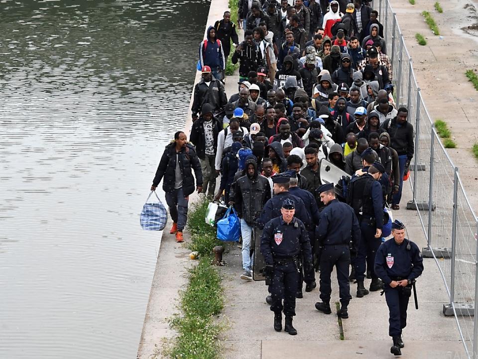 Die Migranten werden auf mehrere Unterkünfte verteilt