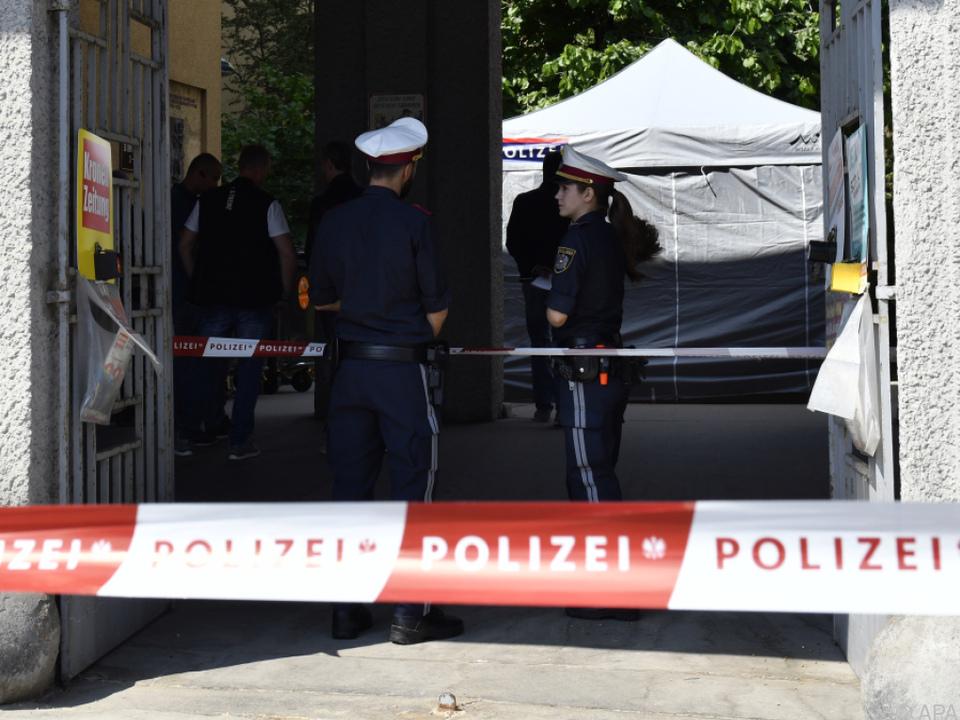 Die Polizei sperrte den Zugangsbereich zur Wohnanlage