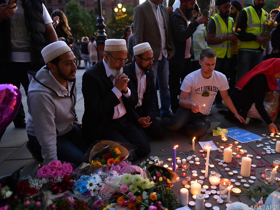 EIn Jahr nach dem Attentat versammelten sich Trauernde wieder