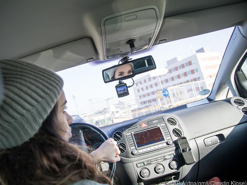 Eine Dashcam sollte direkt unterhalb des Rückspiegels angebracht werden