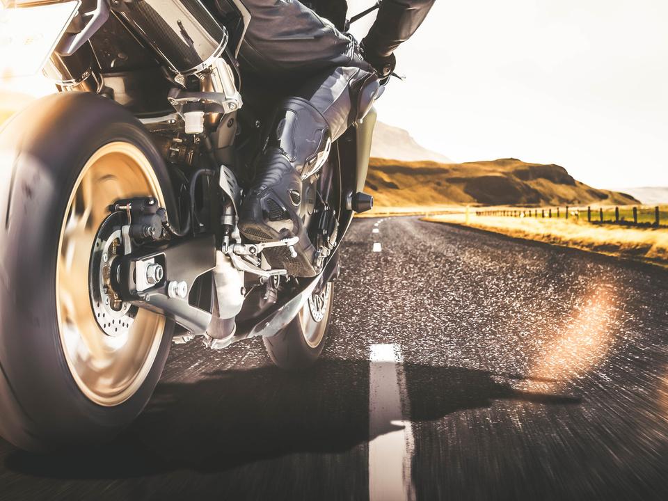 motorrad unfall sym Schnelles Motorrad auf Landstraße mit Bewegungsunschärfe