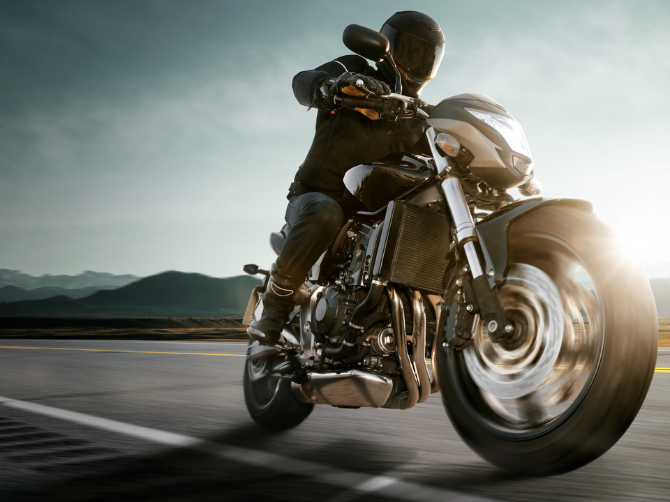 sym Motorrad auf Landstraße.