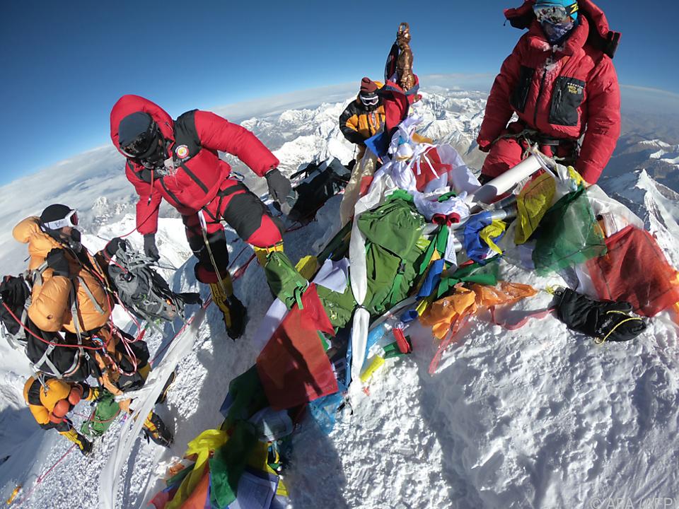 Mehr als 400 Menschen erklommen den höchsten Gipfel der Erde
