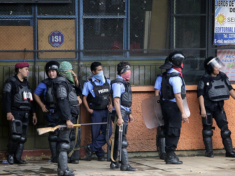 Polizei am Tatort eines Angriffs auf eine Universität