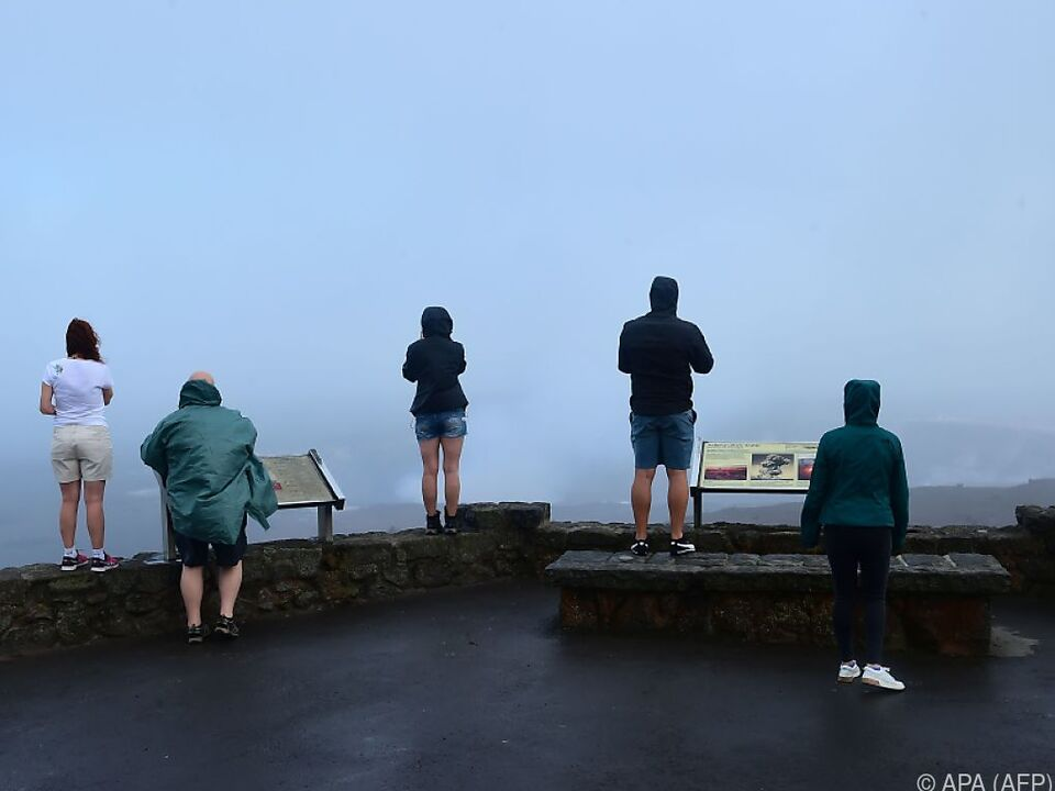 Schaulustige in der Nähe des Kraters