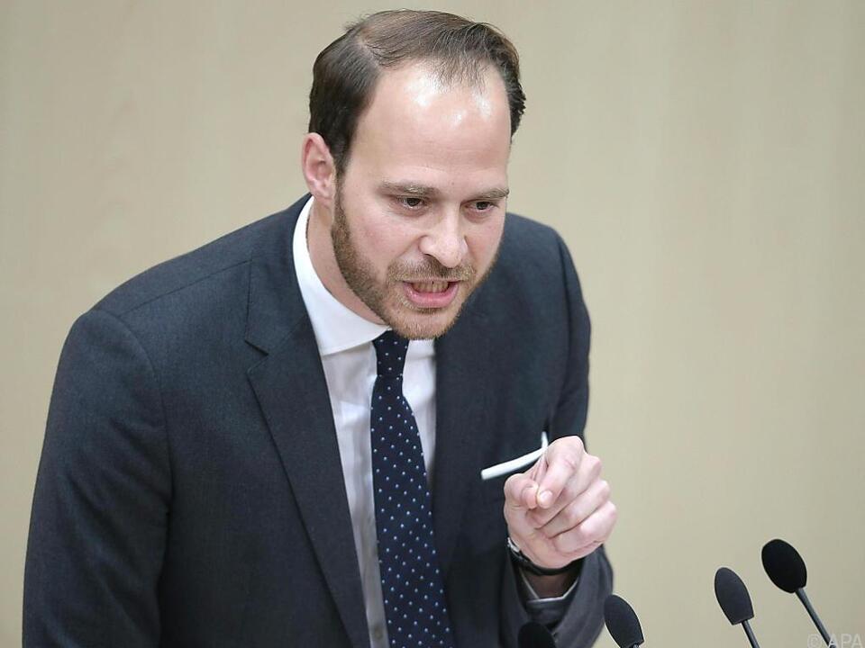 Scherak von den NEOS glaubt nicht an Sparwillen der Regierung