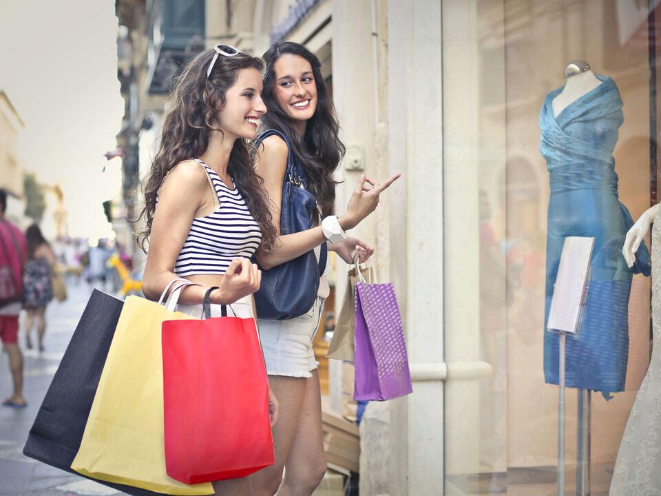 einkaufen shopping sommerschlussverkauf-c-shutterstock von hk bekommen