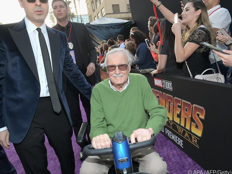 Stan Lee, nicht mehr der Jüngste, fühlt sich über den Tisch gezogen
