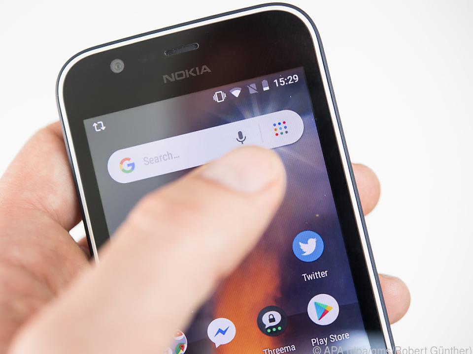 Wer mit dem Google Assistant sprechen will, muss Hand anlegen