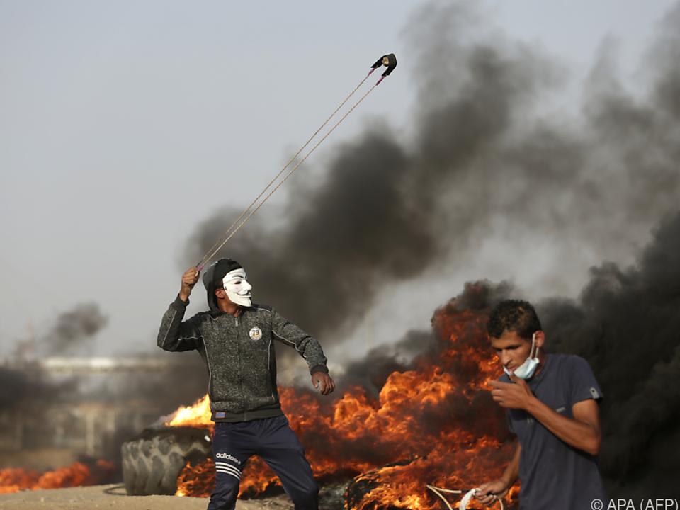 Steinschleudern gegen israelische Scharfschützen im Gazastreifen