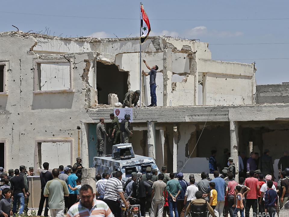 Syrische Regierungskräfte hissen die Flagge