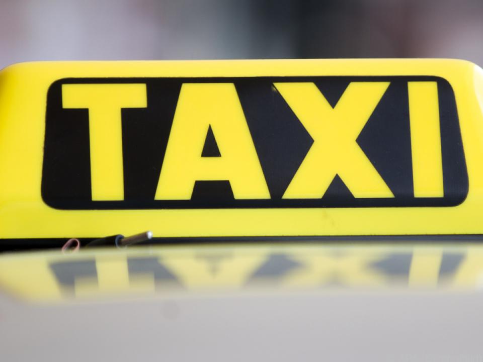 Taxifahrer von seinem Fahrzeug mitgerissen