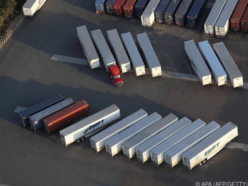 Arbeitstägig bereinigt wuchsen Exporte wie auch Importe deutlich
