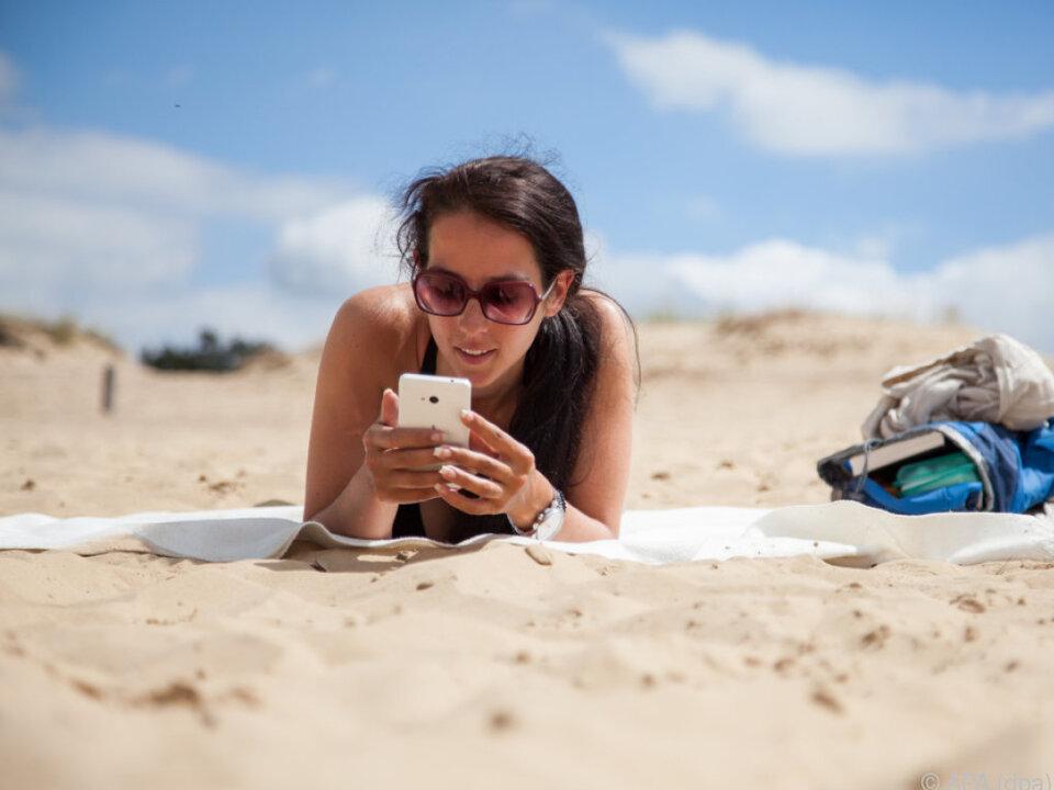 Auch am Strand darf das Smartphone heutzutage nicht fehlen urlaub