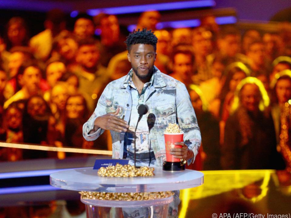 Chadwick Boseman freut sich über den Preis