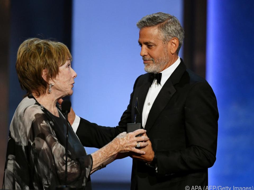 Clooney erhielt den Preis aus den Händen von Shirley MacLaine