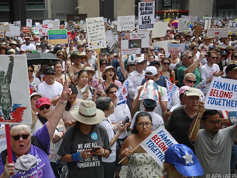Demonstranten fordern die Wiedervereinigung von Migrantenfamilien