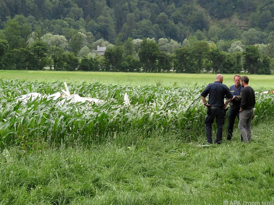 Der Flieger stürzte in ein Feld