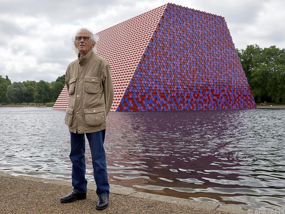 Der Künstler vor seiner Ölfass-Skulptur im Hyde Park