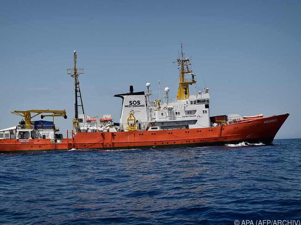 Die Aquarius muss auf der Fahrt nach Spanien mit hohen Wellen kämpfen