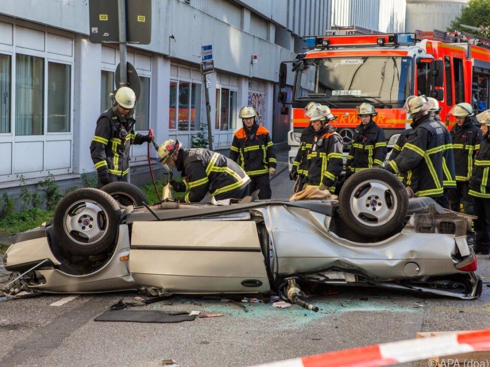Die Feuerwehr musste das Wagendach aufschneiden