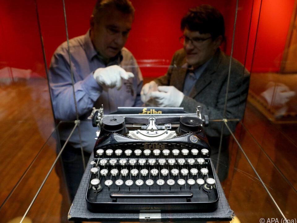 Eher ungewöhnlich: Schreibmaschine mit Samthandschuhen anfassen