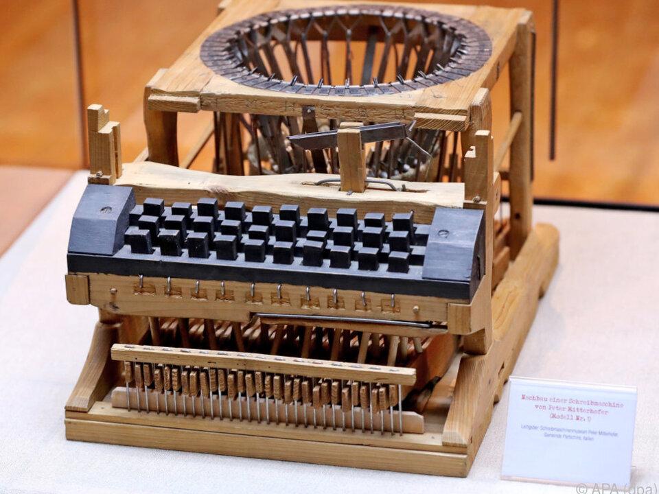 Ein Nachbau der Schreibmaschine des Südtirolers Peter Mitterhofer