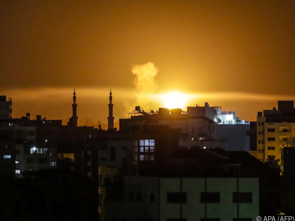 Explosion nach einem Luftangriff am Horizont erkennbar