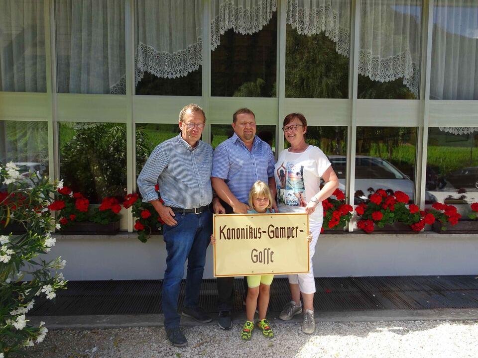 Fam. Markus Haim mit SHB- Obmann Roland Lang bei der bergabe des Schildes