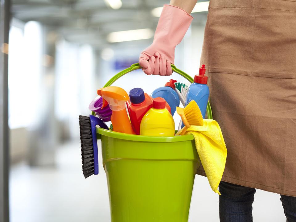 Putzen reinigen Reinigungskraft Putzfrau Schule Schulwart Woman holding cleaning supplies in building