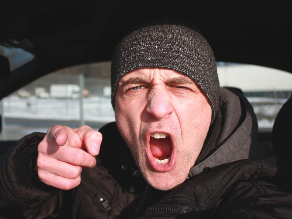 Wütender Autofahrer streit beleidigung beschimpfung gewalt wut sym