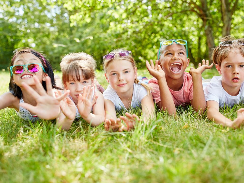 Kinder Wiese gruppe kindergarten schule Multikulturelle Kinder haben Spaß