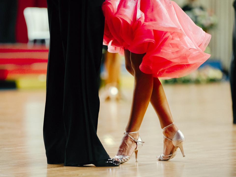 Tanz elegant woman and man latino dancing