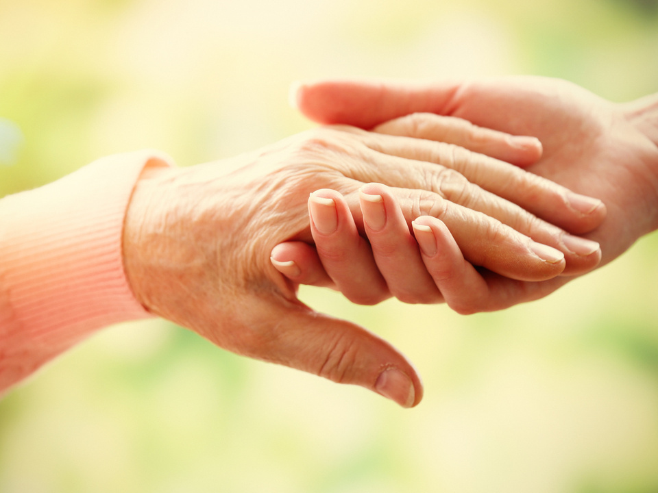 Hände alt Unterstützung Pflege Freundschaft Old and young holding hands on light background, closeup