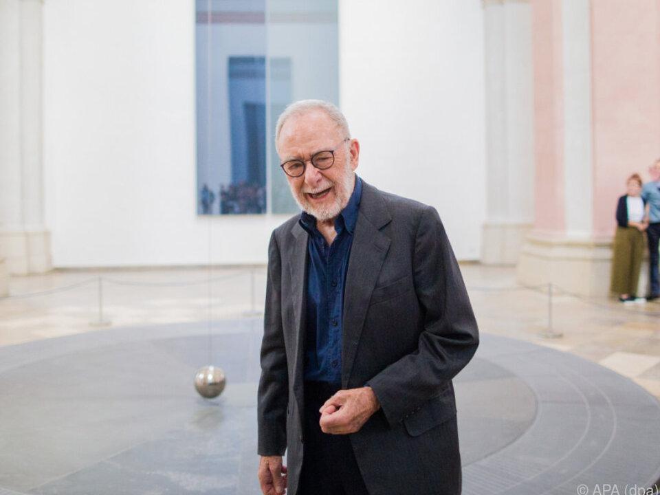 Gerhard Richter vor seinem Foucaultschen Pendel und einer Glastafel